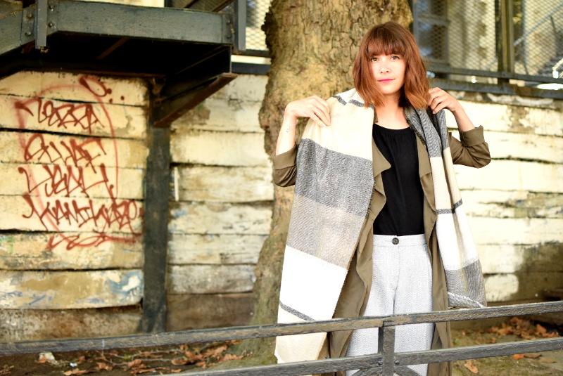 look d 39 automne porter une veste style trench rue de l 39 industrie rue de l 39 industrie. Black Bedroom Furniture Sets. Home Design Ideas